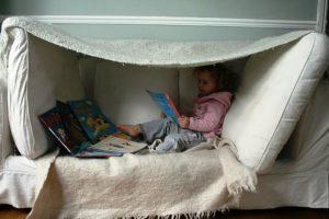 crianca_brincando_sofa